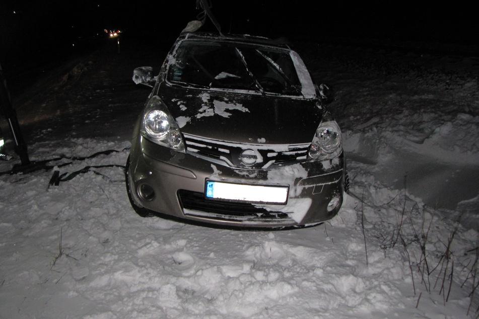 Aufgrund der glatten Fahrbahn rutschte ein Nissan in den Straßengraben.