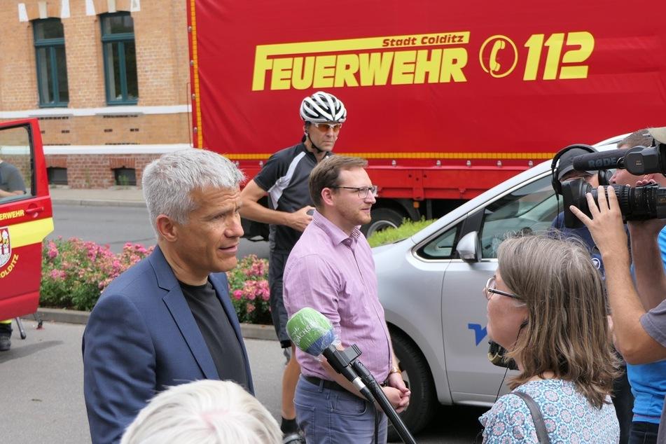 Grimmas Oberbürgermeister Matthias Berger (53, l.) und das Colditzer Stadtoberhaupt Robert Zillmann am Freitagmittag kurz vor Abfahrt des Helferteams.
