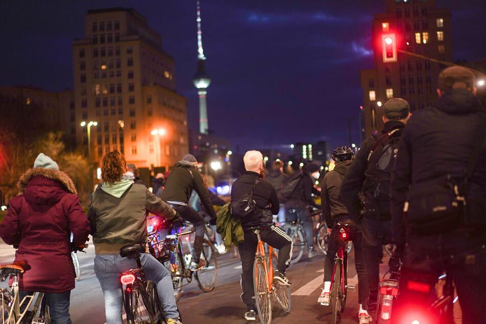 Zahlreiche Radfahrer fahren als Gruppe durch die Berliner Innenstadt. Sie sind einem Aufruf im Internet gefolgt und haben sich auf dem Mariannenplatz getroffen. Die Aktion war nicht als Demonstration oder Kundgebung angemeldet, aber wurde als Protest gegen die Ausgangsbeschränkungen veranstaltet.