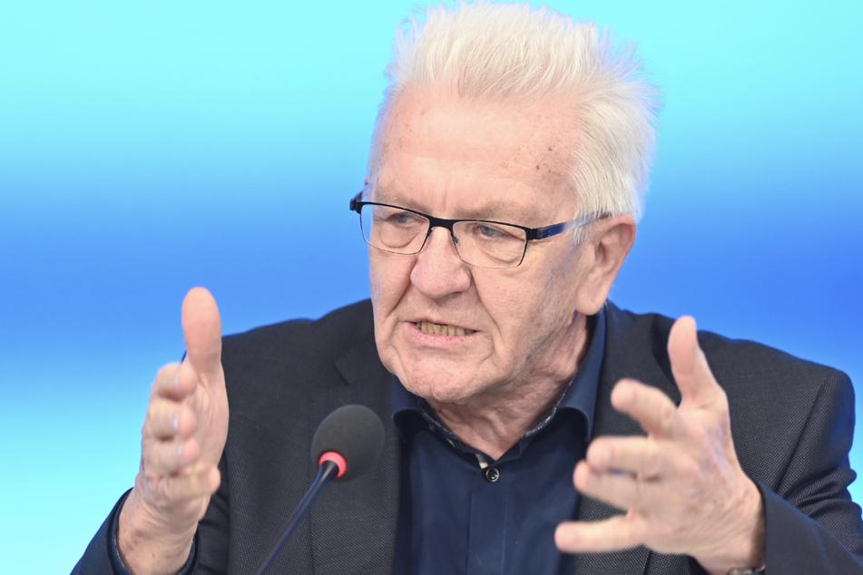 Winfried Kretschmann (Bündnis 90/Die Grünen), Ministerpräsident von Baden-Württemberg, antwortet im Rahmen einer Regierungs-Pressekonferenz im Landtag von Baden-Württemberg auf Fragen von Journalisten.