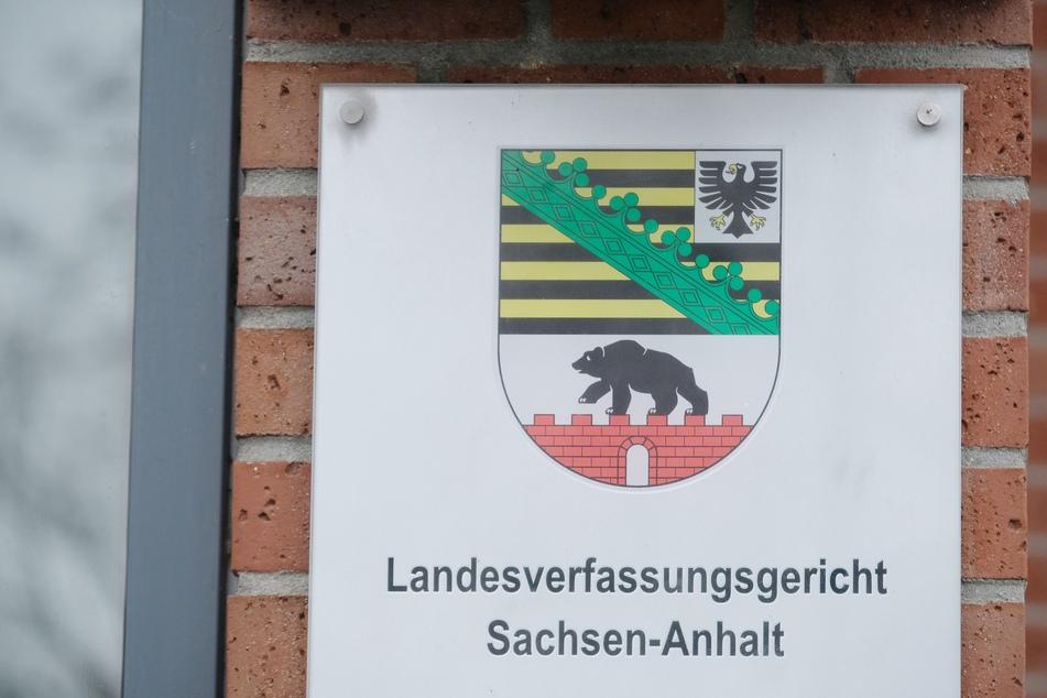 In hohem Takt hat Sachsen-Anhalts Landesregierung seit Beginn der Pandemie Landesverordnungen zur Eindämmung des Coronavirus erlassen. Jetzt hat das Verfassungsgericht mehrere Regelungen geprüft und zwei Entscheidungen vorgelegt.