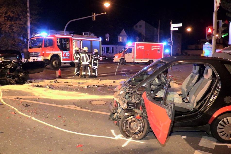 Smart-Fahrer nach schwerem Unfall in Lebensgefahr