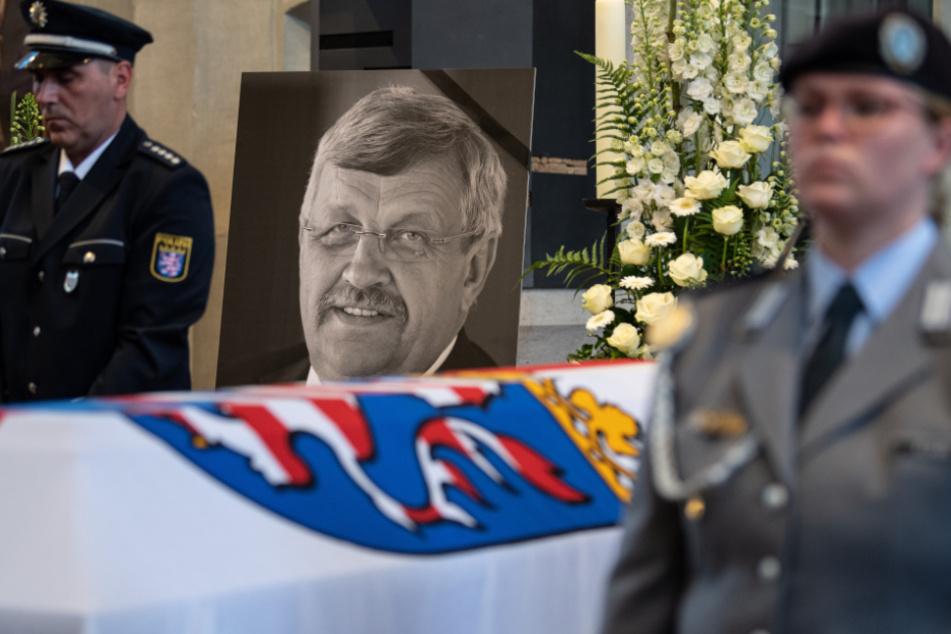 Ein Foto des ehemaligen Kasseler Regierungspräsidenten steht hinter Lübckes Sarg bei seiner Beerdigung.