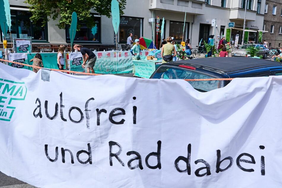 """""""Autofrei und Rad dabei"""" - die Fahrbahnen in der Innenstadt werden am Sonntag zur Showbühne allerlei Öko-Aktivisten."""