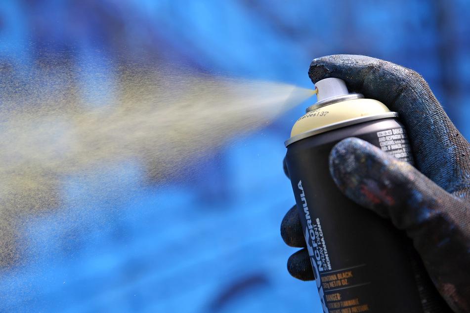 Chemnitz: Er warf mit Dachziegeln: Polizei holt Sprayer mit Drehleiter von Haus