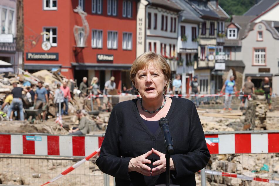 """Die berühmte Rauten-Haltung von Angela Merkel (67, CDU) ist ein wichtiges Video-Element der neuen """"Danke-Merkel""""-Single von K.I.Z."""