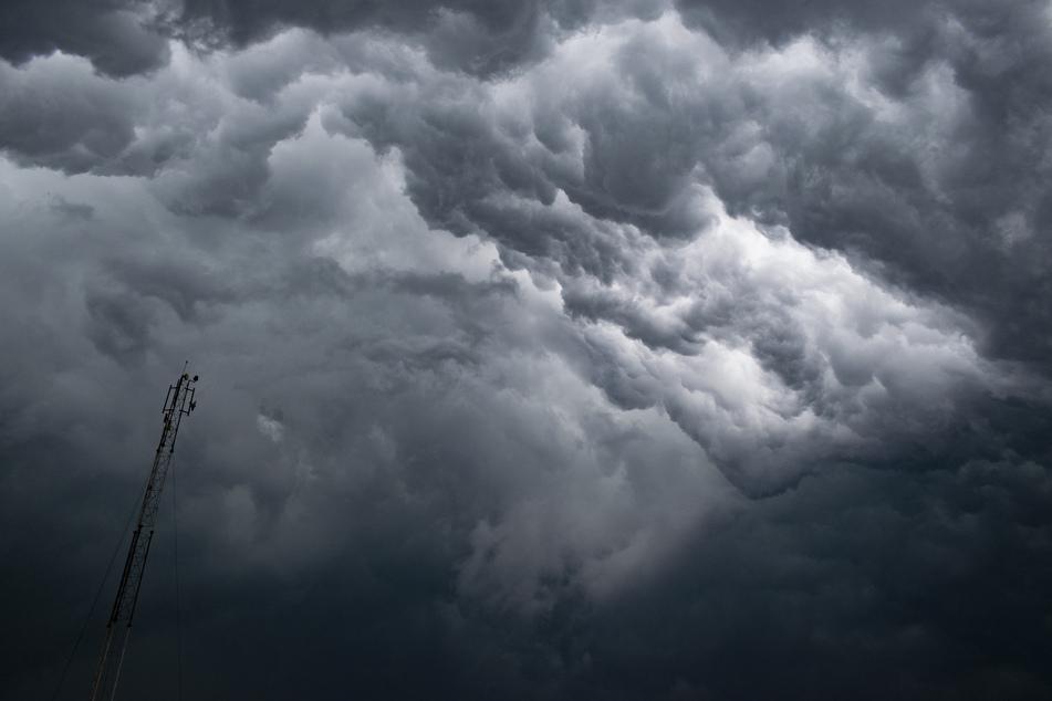 Eine dichte Gewitterfront braut sich in Kalkutta zusammen. In Indien sind mehrere Menschen während eines Sturms vom Blitz getroffen worden und starben. (Symbolbild)