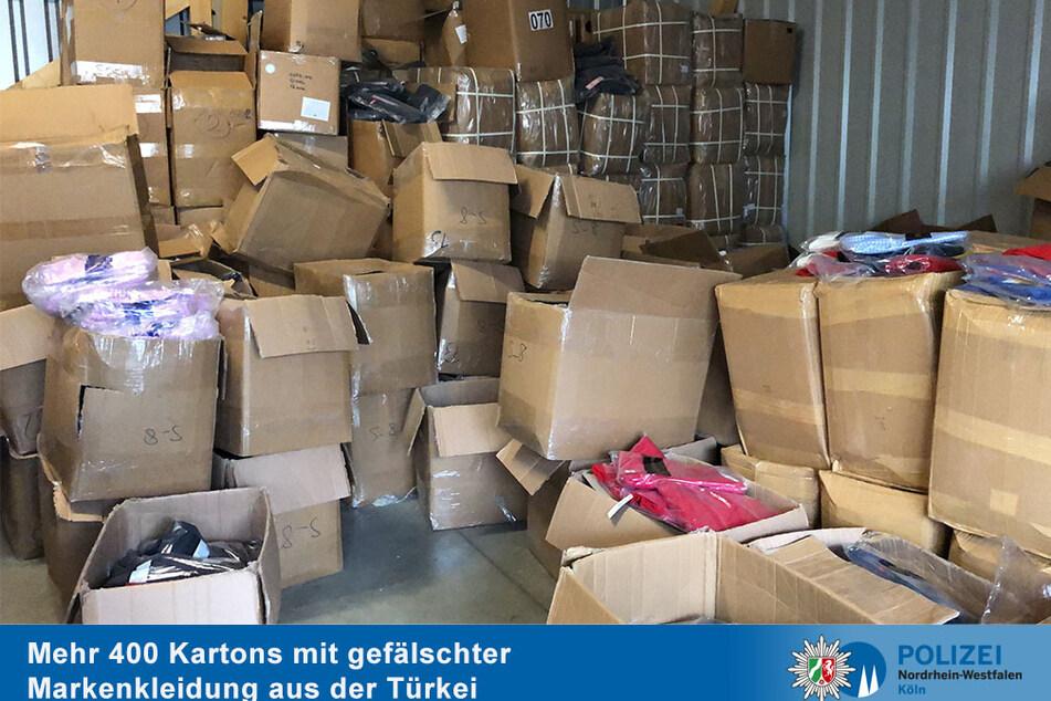 Die Kölner Polizei hat Hunderte Kartons mit gefälschter Markenkleidung entdeckt und sichergestellt.