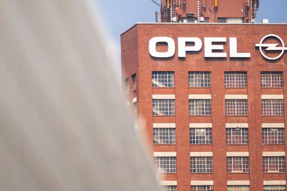 Der historische Opelturm steht hinter einem Zaun auf dem Werksgelände von Opel in Rüsselsheim.