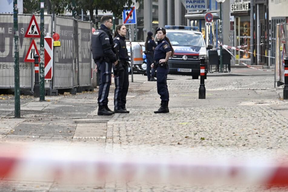 Bewaffnete Polizisten stehen Wache nach einem Schusswechsel im Stadtzentrum.