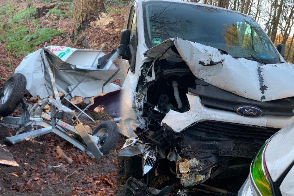Transporter kracht auf parkendes Auto: Fahrer durch Trümmerteile schwer verletzt
