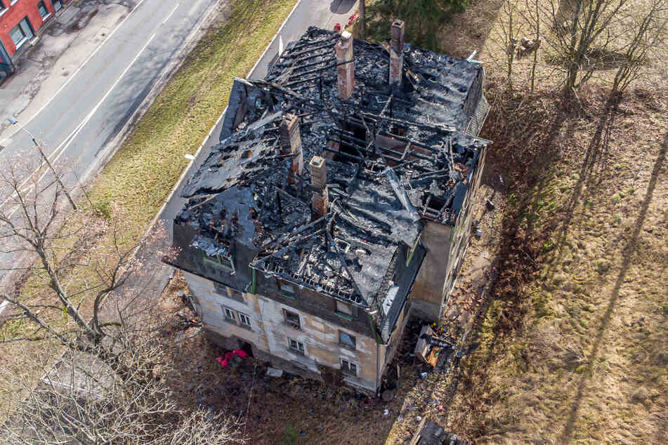 Das Brandhaus von oben. Der Dachstuhl brannte komplett aus.