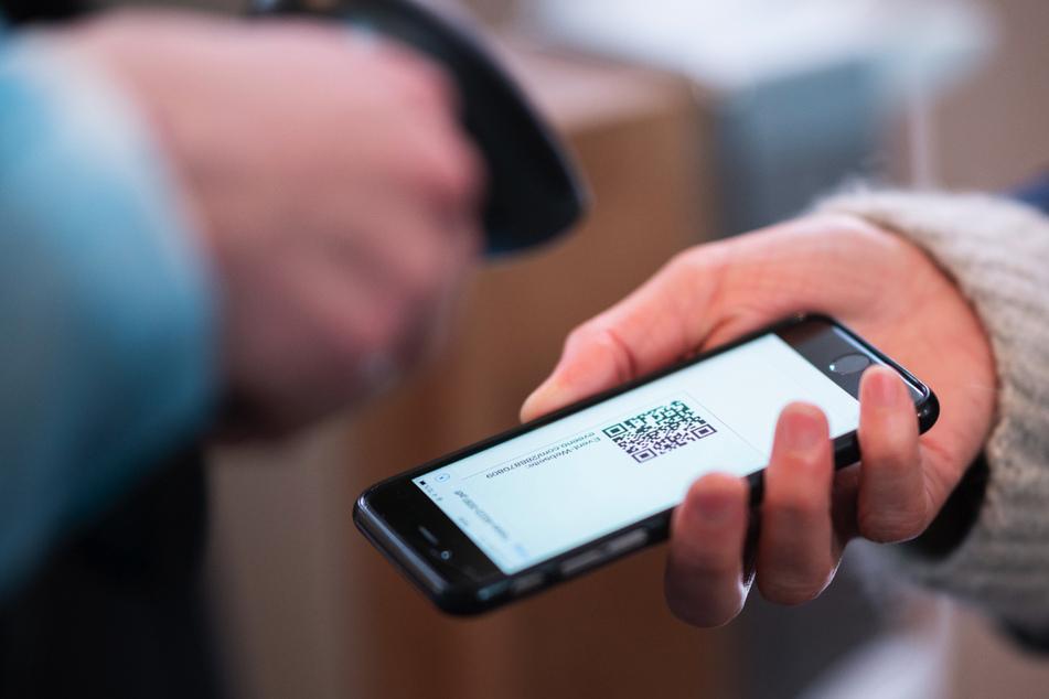 """Rund 60.000 Menschen haben in Thüringen den digitalen Impfpass angefragt. Der Nachweis in Gestalt eines PDF-Dokuments mit QR-Code kann seit Mittwoch auf """"www.impfen-thueringen.de"""" auf das Smartphone oder den PC heruntergeladen werden."""