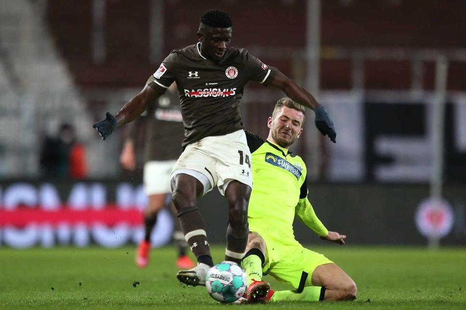 Der junge Nigerianer ist nur schwer, wie vom Paderborner Dennis Srbeny vom Ball zu trennen.