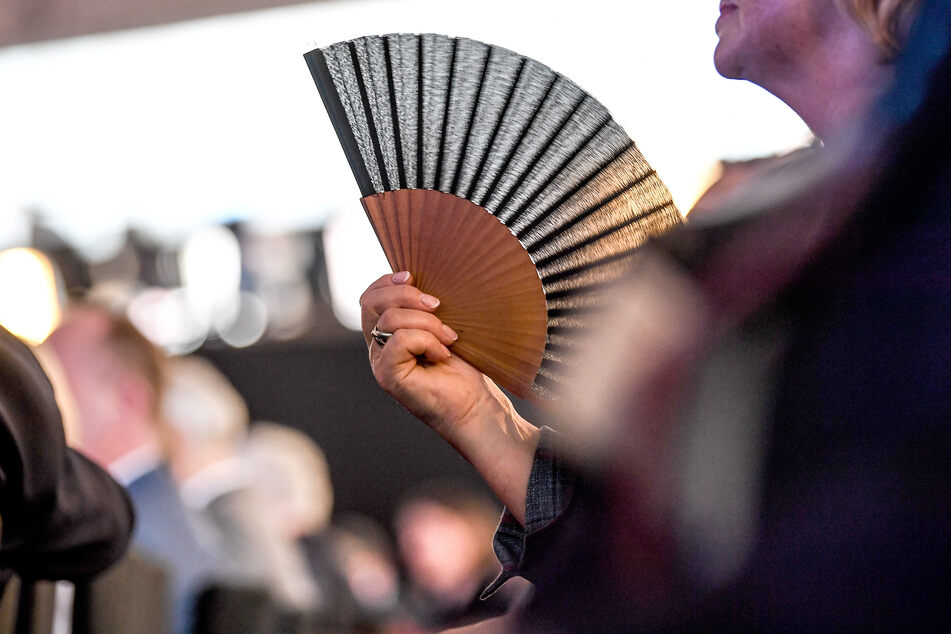 Die Salzburger Festspiele haben den Kühlung spendenden Gebrauch von Fächern während der Vorstellungen untersagt.