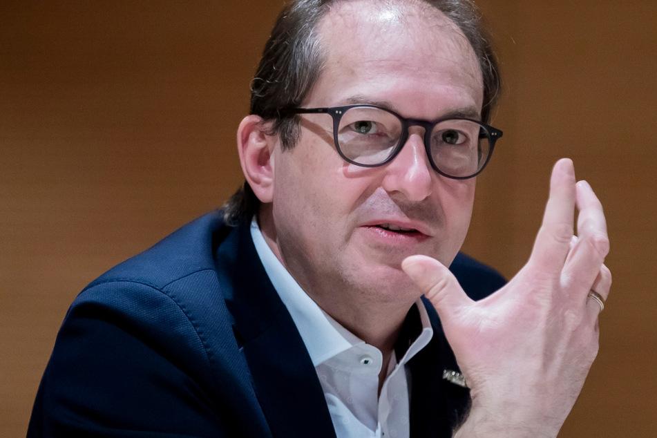 CSU-Landesgruppenchef Alexander Dobrindt (51) hat sich von der Entscheidung der Europäischen Fußball-Union (UEFA) distanziert.