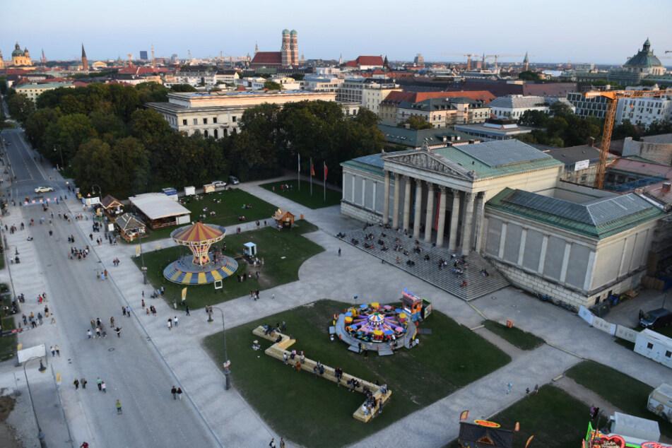 """München: Auf dem Königsplatz stehen unter dem Motto """"Sommer in der Stadt"""" ein Kettenkarussell, ein Fahrgeschäft für Kinder sowie diverse Essensbuden. Das Oktoberfest fällt ja coronabedingt aus."""