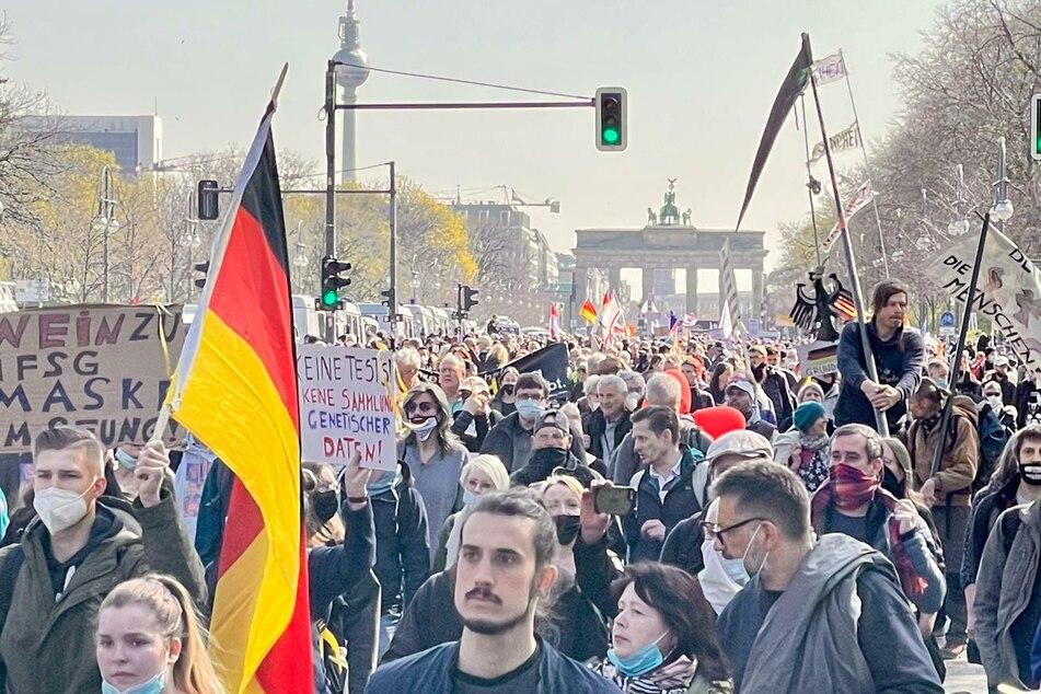 Berlin: 40 Festnahmen! Über 4000 Menschen protestieren in Berlin gegen Corona-Politik