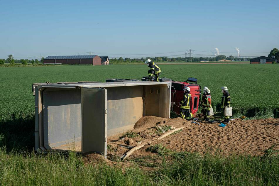 Der Lastwagen ist umgekippt und hat dabei rund 40 Tonnen Kies verloren. Der 53-jährige Fahrer ist im Krankenhaus verstorben.