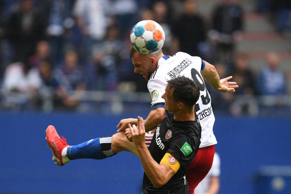 Wie hier Hamburgs Manuel Wintzheimer (l.) gegen Dresdens Tim Knipping waren die Rothosen in der 1. Halbzeit oft einen Schritt schneller am Ball und entschieden so viele Einzelduelle für sich.