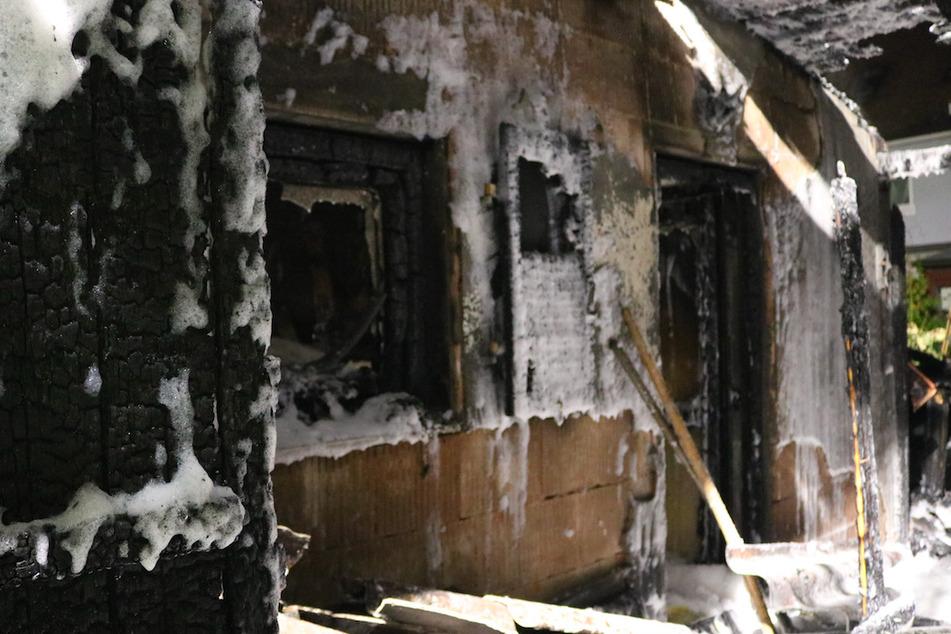 Brennende Gartenhütten: Rund 60 Anwohner müssen Häuser verlassen