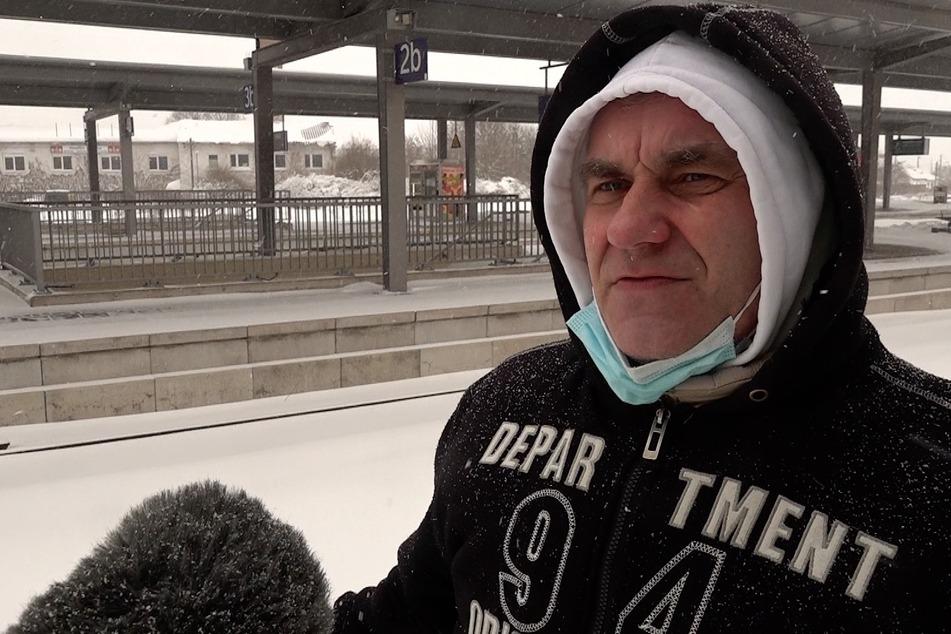 Andreas Corbaum wartet seit fast 24 Stunden auf einen Zug nach Bad Düben.