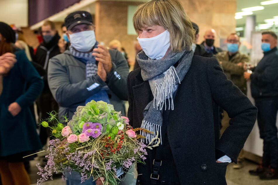 Barbara Ludwig kam mit einem Blumenstrauß in die Stadthalle. Sie gratulierte Sven Schulze.