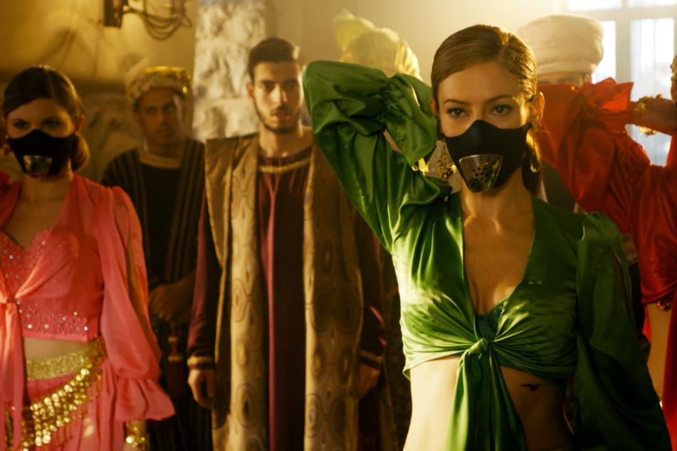 CIA-Agentin Linda Harris (Efrat Dor) verkleidet sich auch mal, um an ihr Ziel zu kommen. Schade, dass ihre Figur vor Klischees nur so strotzt.