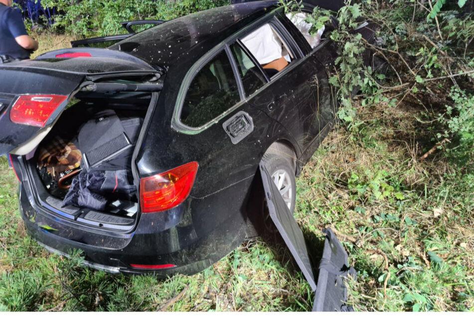 Tödlicher Unfall: Auto kommt von der Straße ab und prallt gegen Baum