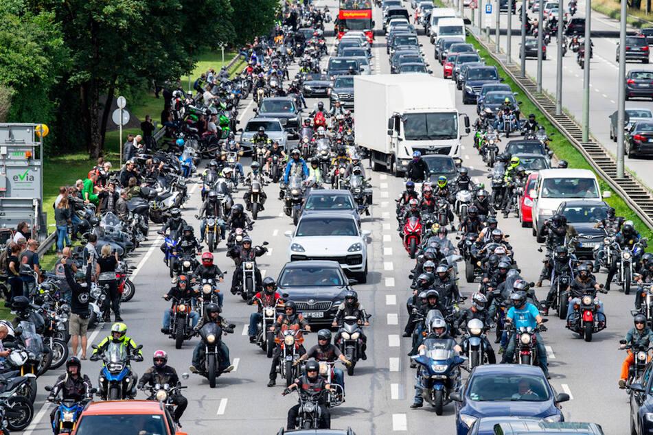 Motorradfahrer nehmen am 04.07.2020 an einer von offizieller Seite untersagten Motorrad-Demo gegen Fahrverbote an Wochenenden und Feiertagen teil.