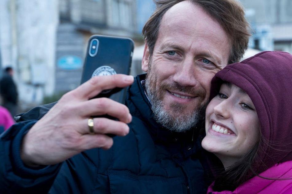 """Wieder mit an """"Sloborn""""-Bord: Wotan Wilke Möhring (53), hier mit Emily Kusche (18)."""