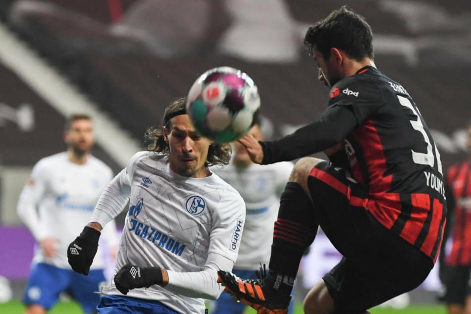 Eintracht Frankfurts Amin Younes (r.) gegen Benjamin Stambouli vom FC Schalke 04: Die Hessen waren in der ersten Halbzeit das klar bessere Team.