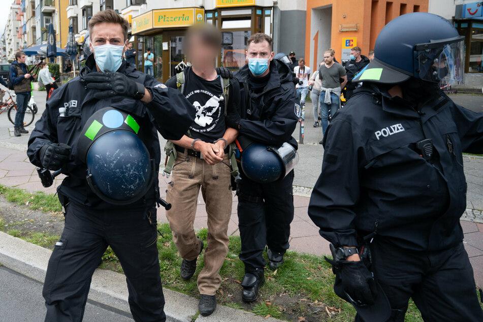 Polizisten nehmen einen Teilnehmer einer nicht genehmigten Demonstration gegen die Corona-Politik der Bundesrepublik fest.