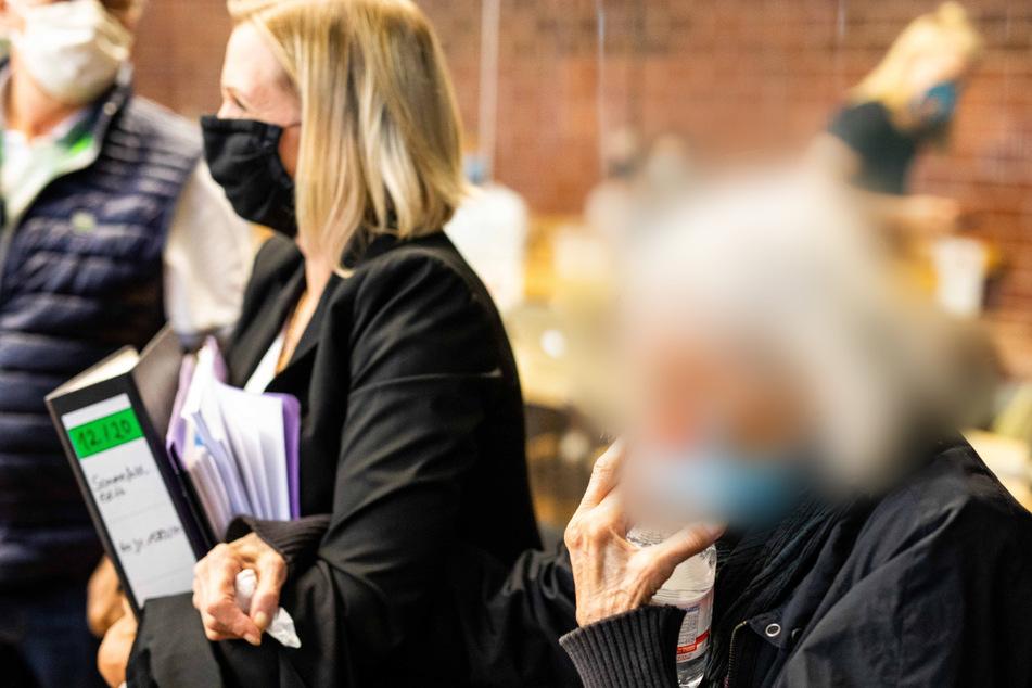 Die angeklagte 84-Jährige im Saal des Landgericht Konstanz.