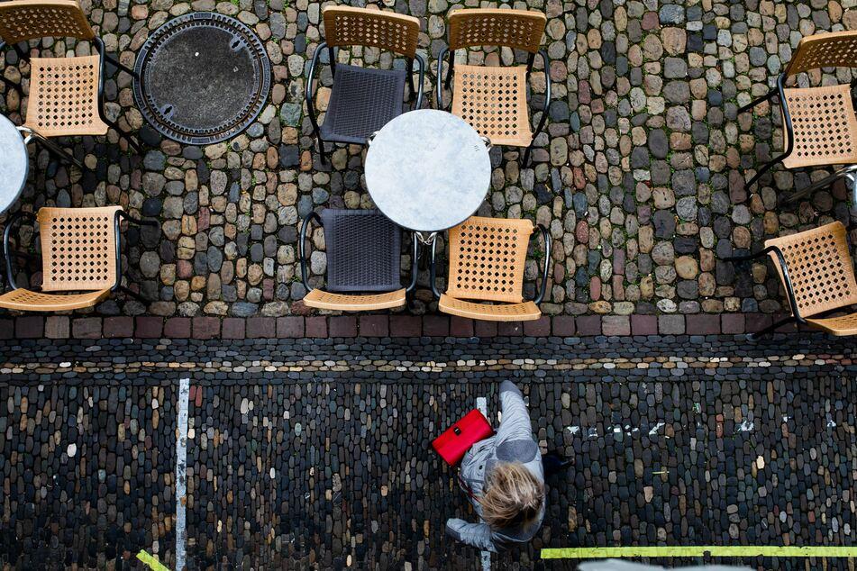 Leere Tische und Stühle vor einem Eiscafé in Freiburg. Schon vor dem neuen Corona-Lockdown leidet das Gastgewerbe.