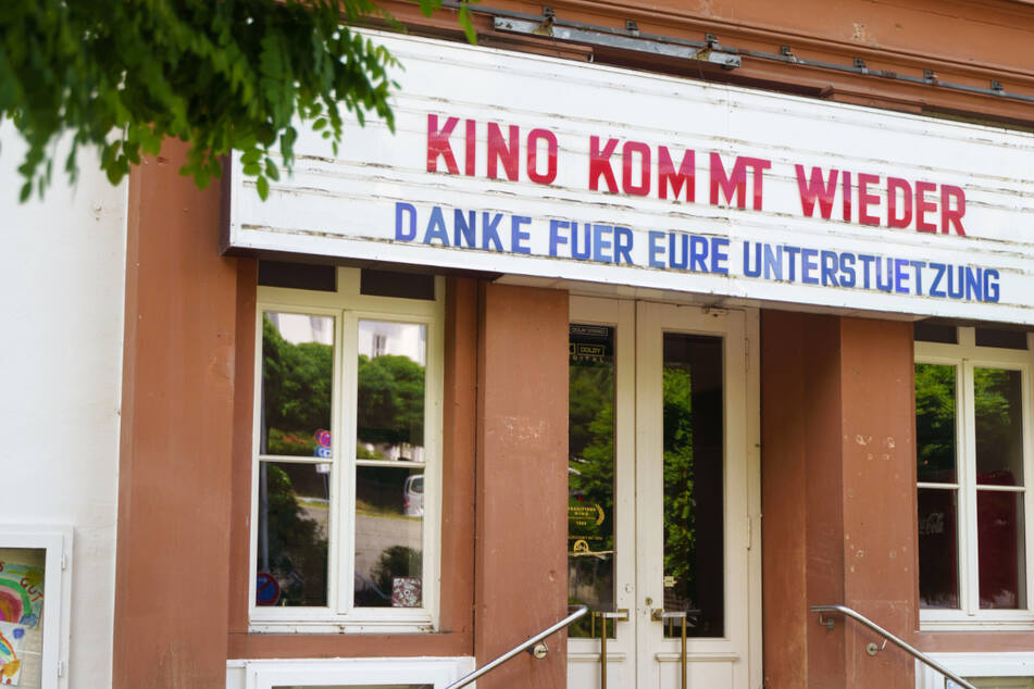 """""""Kino kommt wieder"""" steht auf der Tafel am Eingang eines Lichtspielhauses im hessischen Gelnhausen."""