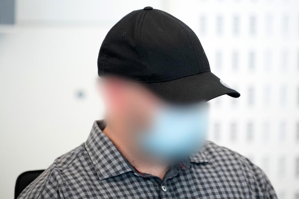 """Einer von insgesamt drei Angeklagten kommt vor Beginn der Verhandlung gegen Mitglieder der Gruppierung """"Faust des Ostens"""" ins Landgericht Dresden."""