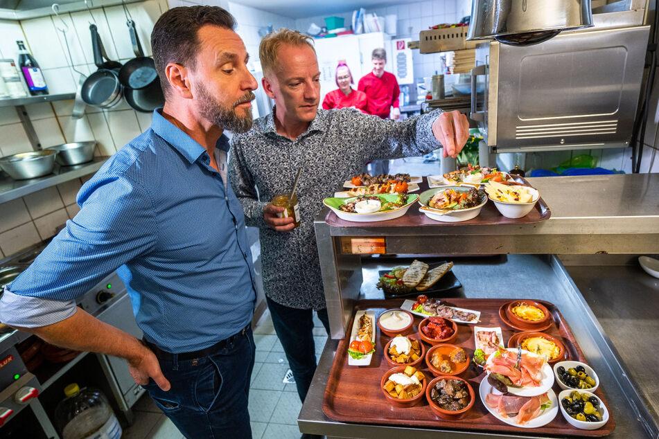 André Donath (56, l.) lässt sich von Hispano-Chef Michael Weniger (36) die Tapas-Zubereitung erklären - Donath isst gerne im spanischen Restaurant.