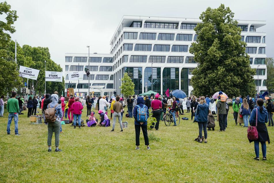 Demonstration für mehr Klimaschutz vor HeidelbergCement
