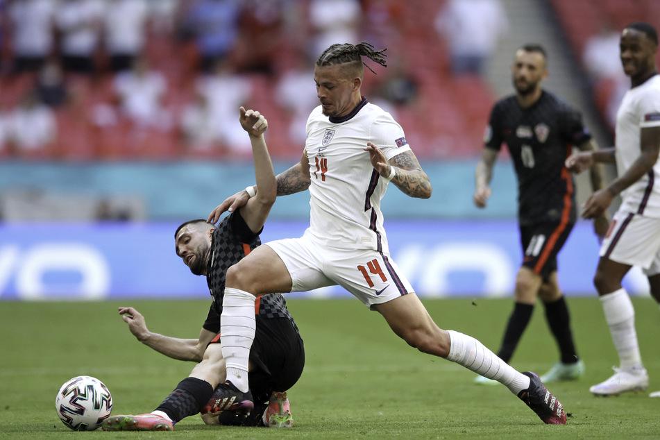 Kroatiens Mateo Kovacic (l.) und der bärenstark aufspielende Kalvin Phillips von England kämpfen um den Ball.