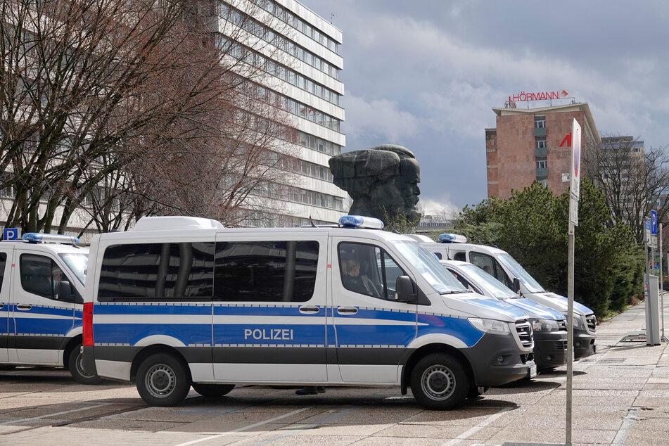 Trotz des Demo-Verbots ist die Polizei in der Chemnitzer Innenstadt präsent.