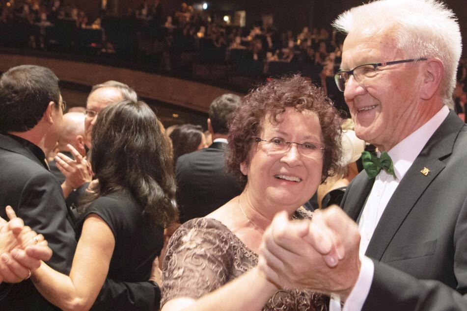 Baden-Württembergs Ministerpräsident Winfried Kretschmann (72, Grüne) tanzt zusammen mit seiner Frau Gerlinde (73) auf dem Landespresseball im November 2019.