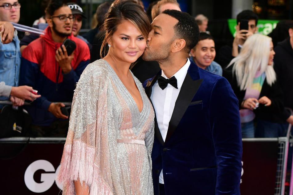 Chrissy Teigen (34) und John Legen (41) bei der Verleihung der GQ Men of the Year Awards. Das Paar erlebt nun eine schwere Zeit.