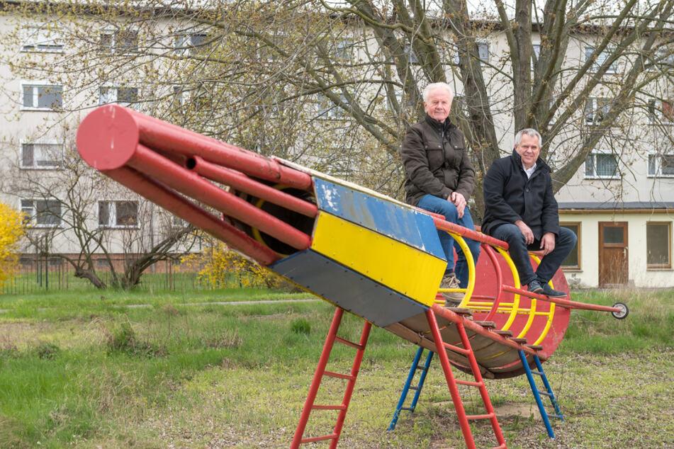 Martin Huth (76, l.) hatte diese Kletter-Rakete in Zeithain 1974 mitgebaut. Da sie marode und außer Gefecht ist, will Holger Krüger (61) jetzt eine neue bauen.