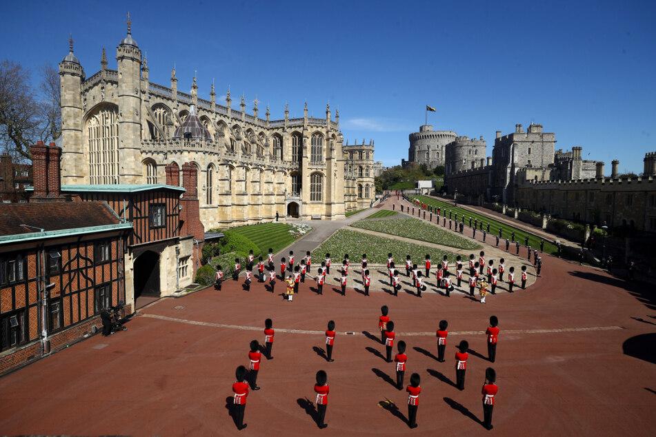 Mitglieder des Militärs haben vor der St.-Georgs-Kapelle auf Schloss Windsor Stellung bezogen.