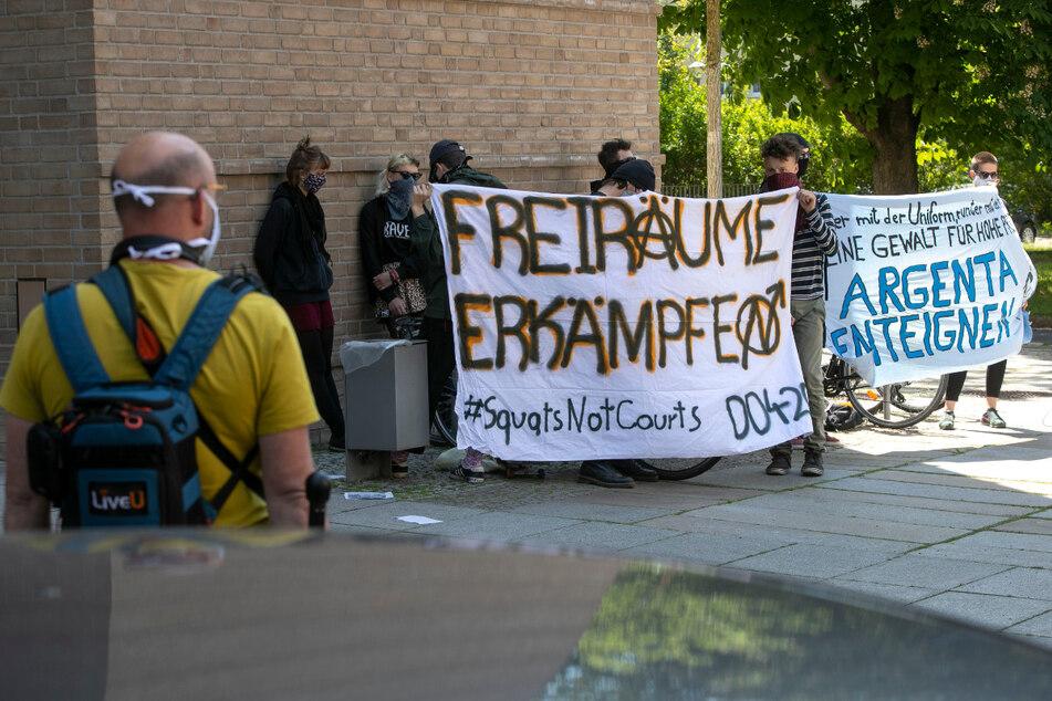 Noch bevor die Verhandlung anfing, kam es zu Protesten vor dem Amtsgericht Dresden.