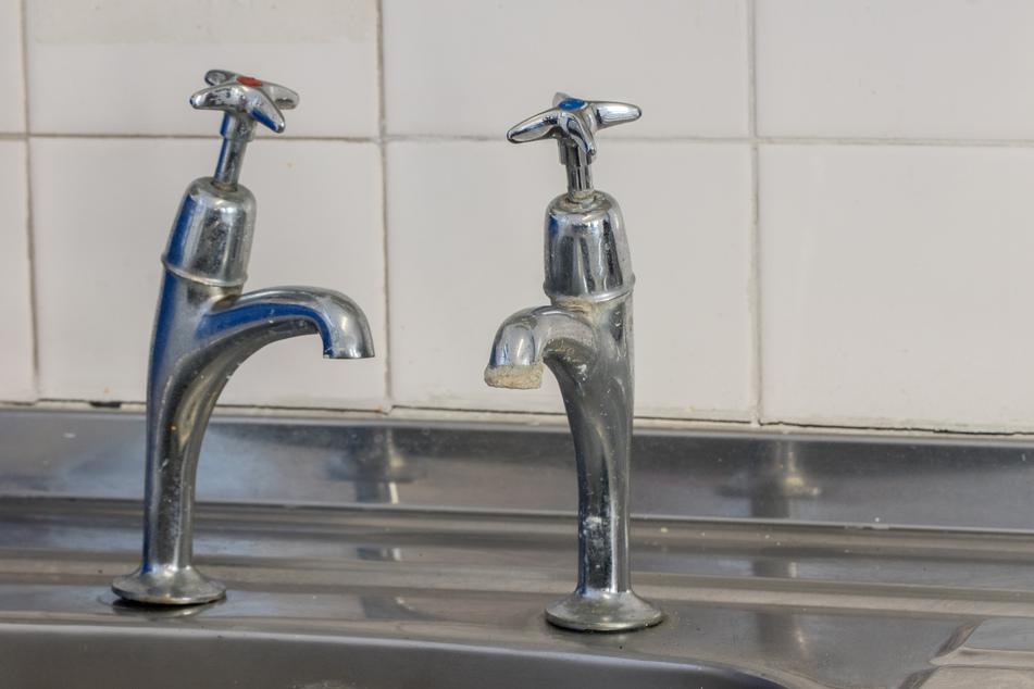 Gegen Kalk am Wasserhahn oder am Duschkopf hilft viel Essig. (Symbolbild)