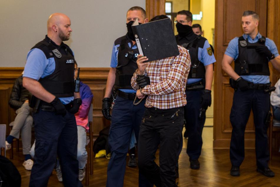 Vier Wachleute bringen Edris Z. in den Gerichtssaal. Seine Verteidiger wollen am nächsten Verhandlungstag eine Erklärung abgeben.