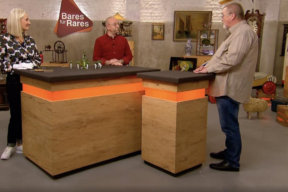 Expertin Friederike Werner (59), Moderator Horst Lichter (59) und Verkäufer Rainer Fetting (61, rechts) fachsimpeln über das Likör-Set.