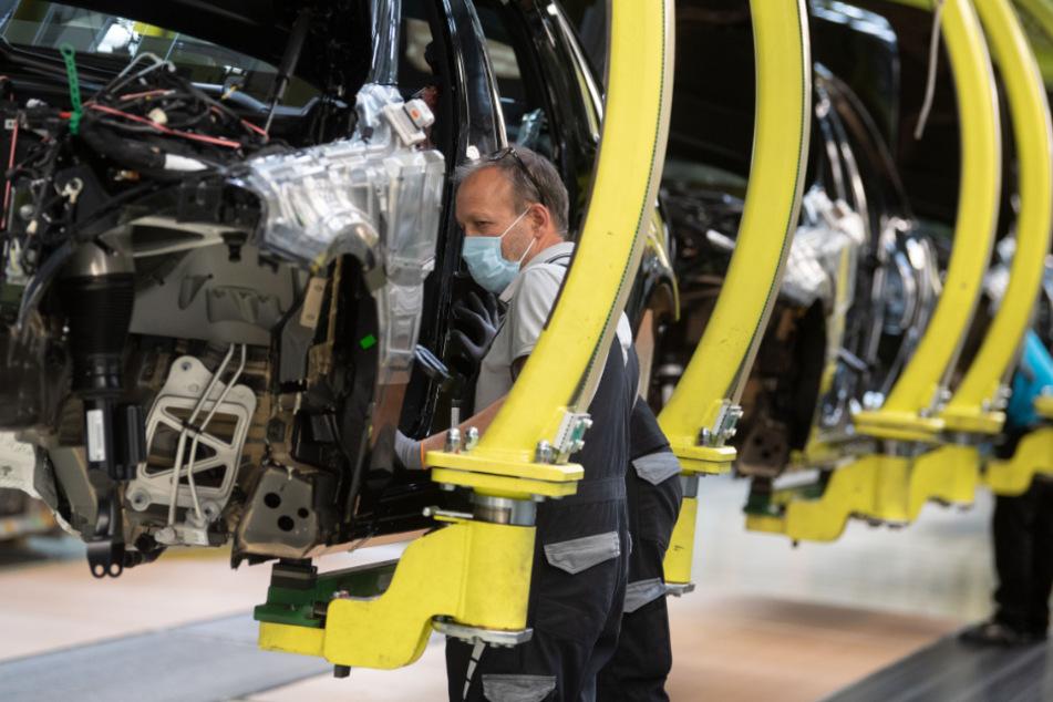 Ein Daimler-Mitarbeiter im Sindelfinger Werk.